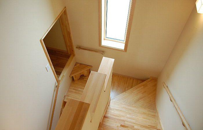 ロフトを中二階に設けた家