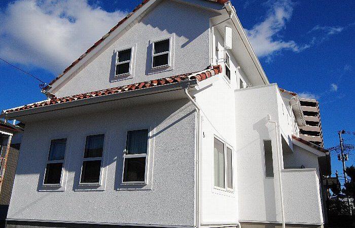 燈瓦と白壁の家