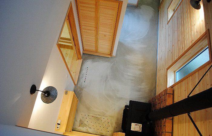 玄関土間に薪ストーブのある家