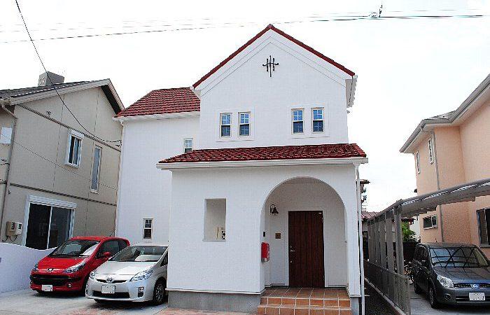 白壁とパイン材に包まれた家
