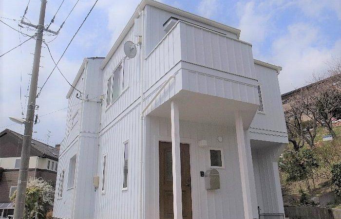 眺望豊かな八木山にあるスカイツリーホワイト色の家
