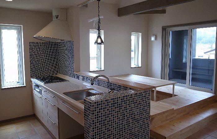 二階に薪ストーブと小上がりダイニングのある家
