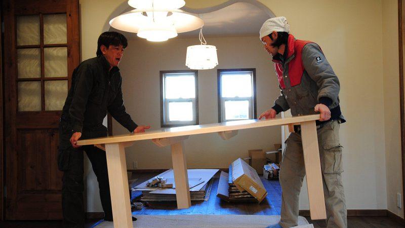 [家づくりblog]うんていのある家 ダイニングテーブルの搬入