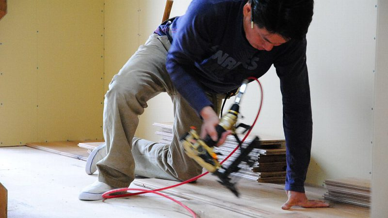 [家づくりblog]仙台の街が見える家 床貼り作業