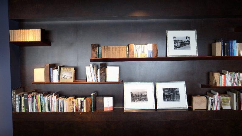 軽井沢のホテルで見た本棚