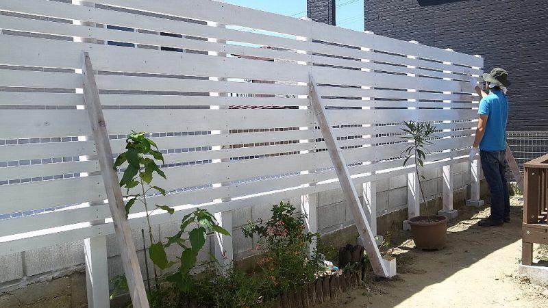 白い木製フェンスづくり
