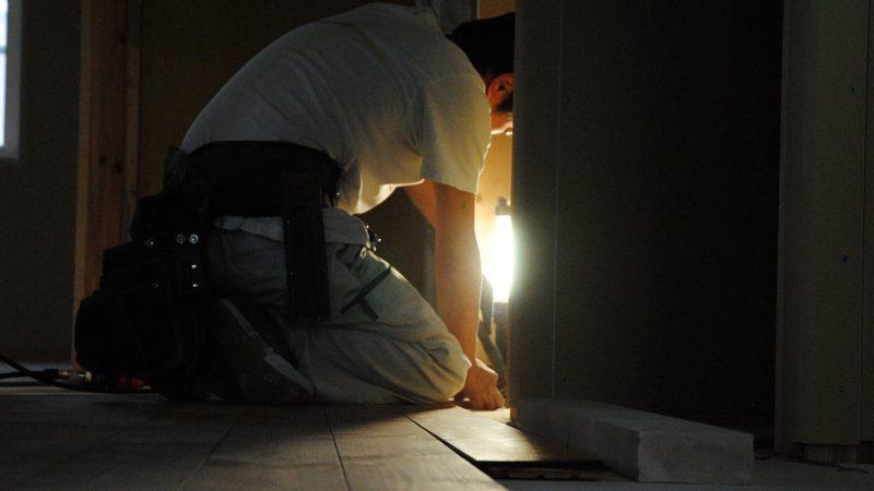 [koagariのある家] 床貼り只今進行中