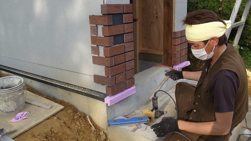 [Hさんのカーヴづくり] 屋根づくりと外部レンガ貼り作業