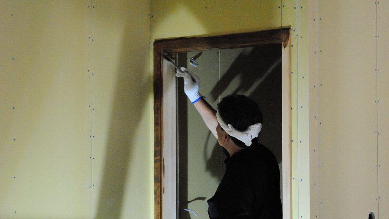 [koagariのある家] 木への化粧(塗装作業)