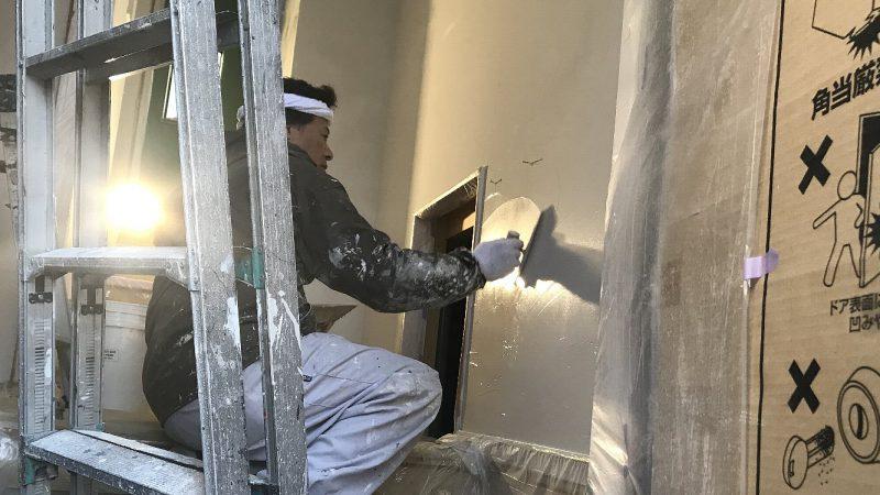 [花咲くラベンダードアの家] 塗り壁作業の様子(ダイアトーマス)