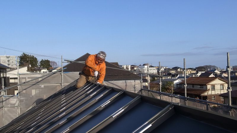 [チャーリー☆ハウス] 屋根の上には職人さんがいる。