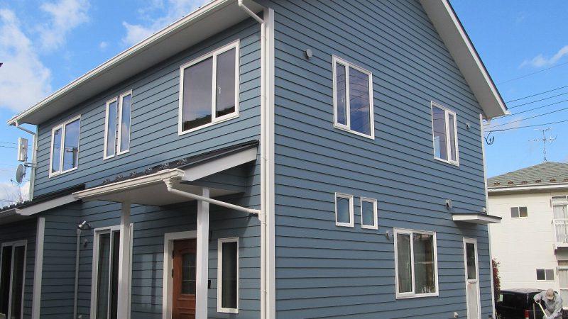 2つの青が印象的な家