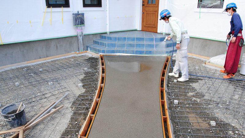 [油絵が時をつなぐ家] 外構作業の様子~コンクリート洗い出し