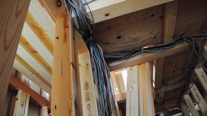 [そら景色が広がる家] 家中に流れる電線の河。