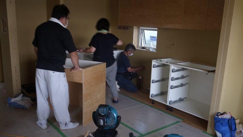 [そら景色が広がる家] オーダーキッチンの組み立て